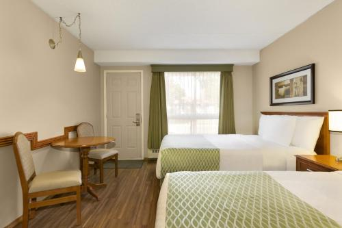 Colonial Square Inn & Suites Photo