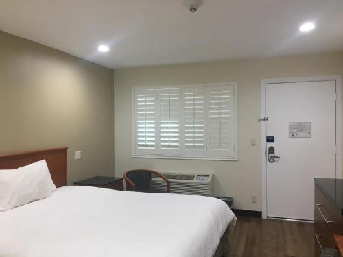 Simply Home Inn & Suites - Riverside Photo