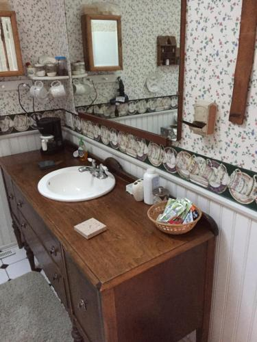 Victorian Lace Bed & Breakfast - Marion, IA 52302