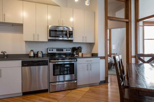 Three-Bedroom Apartment on West Van Buren Street 1101 Photo