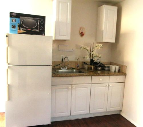 Lovely Guesthouse in a Quiet Area! - Tarzana, CA 91335