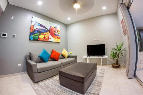 In heart of town 1BR condo in Skyline by Happy Address Photo