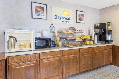 Days Inn And Suites Davenport East - Davenport, IA 52801