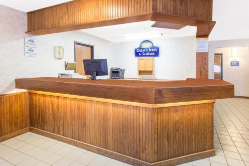 Days Inn and Suites Davenport East Photo