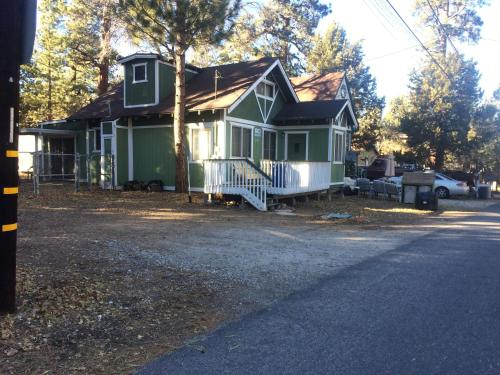 Sweet Maple Cabin - Sugarloaf, CA 92386