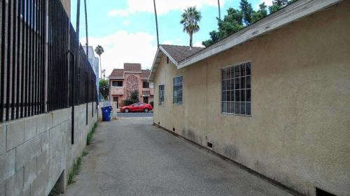 4 Bedroom Charming Vacation Getaway - Van Nuys, CA 91411