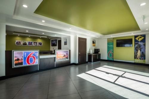 Motel 6 Canoga Park Photo