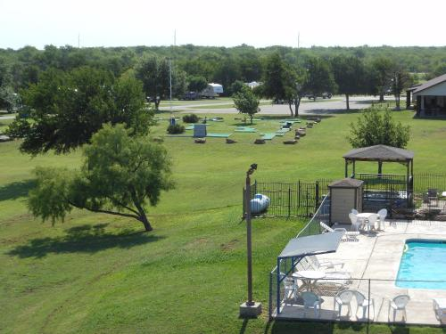 Bay Landing Camping Resort Cabin 2 - Bridgeport, TX 76426