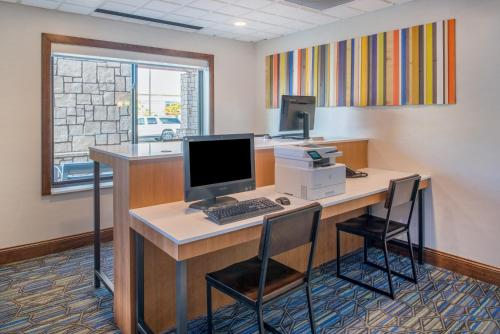 Holiday Inn Express Hotel & Suites Bismarck Photo