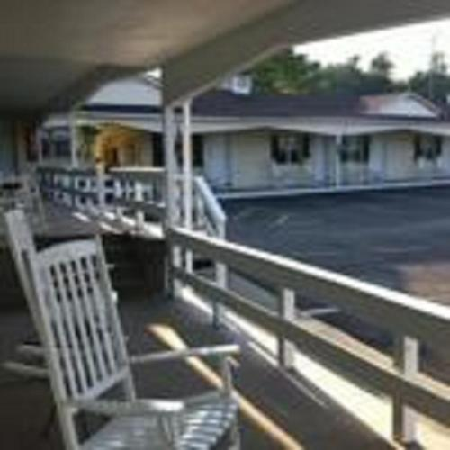 Longhouse Lodge Motel Photo