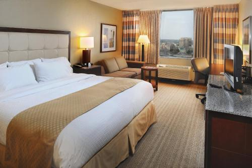 DoubleTree by Hilton St. Louis at Westport Photo