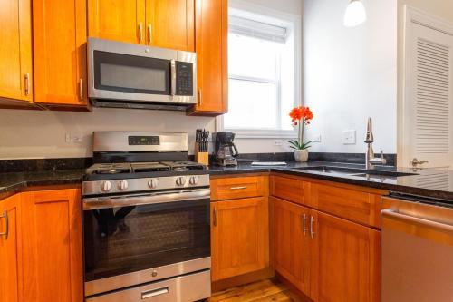 Three-Bedroom on W Division Street Apt 3F Photo