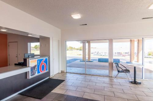 Motel 6 - Clinton Photo