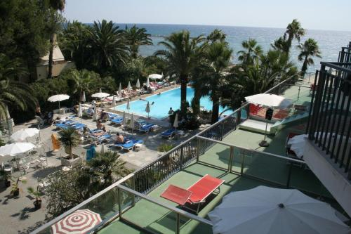 Hotel caravelle thalasso wellness diano marina for Caravelle piscine