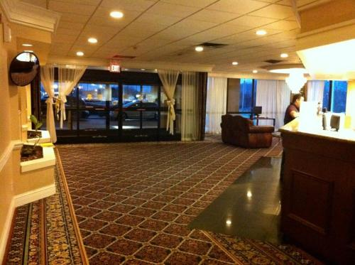 Hotel Governor's Inn & Suites