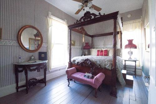 Munzesheimer Manor Bed & Breakfast Photo