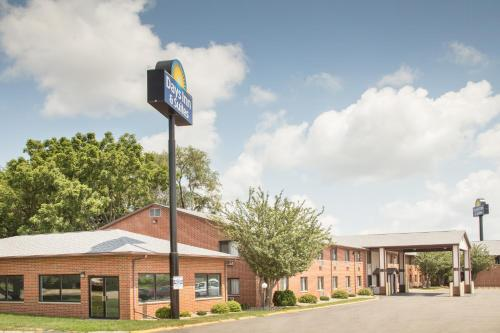Days Inn & Suites Waterloo - Waterloo, IA 50702