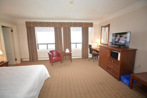 Prince Arthur Waterfront Hotel & Suites Photo