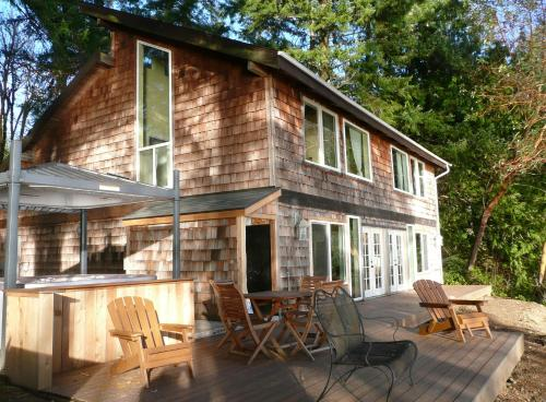 Pirate's Cove Beach House - Shelton, WA 98584
