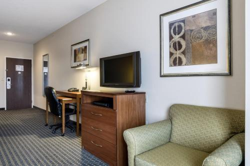 Comfort Suites Pratt Photo