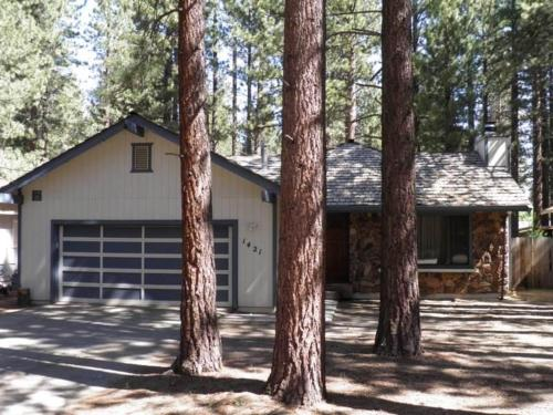 1421 Meadow Crest Cabin-3 Bedroom House
