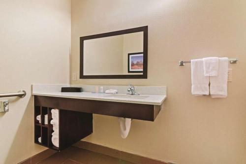 La Quinta Inn & Suites Luling Photo