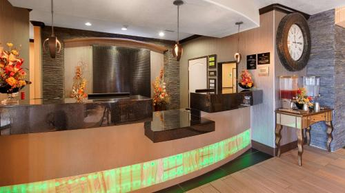 Best Western Plus Emerald Inn & Suites Photo