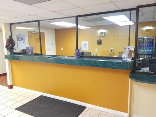 Americas Best Value Inn Evansville East Photo