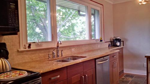 Beautiful Detached Clean and Spacious 6 Bedroom House - Toronto Photo