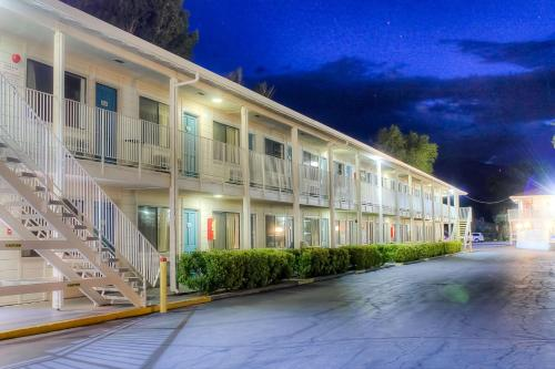 Motel 6 Bishop Photo