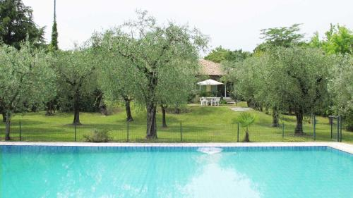 Villa Clara, large villa with private pool steps from the beach, Gavardo