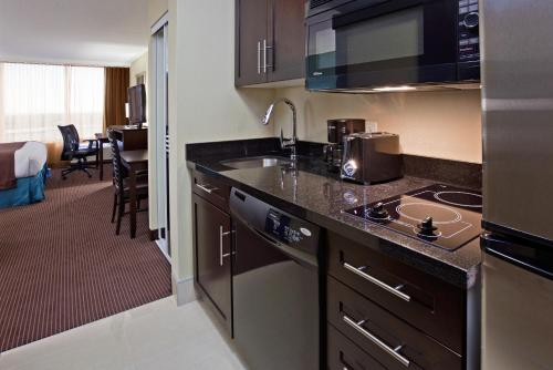 Holiday Inn Hotel & Suites Pointe-Claire Montreal Airport Photo
