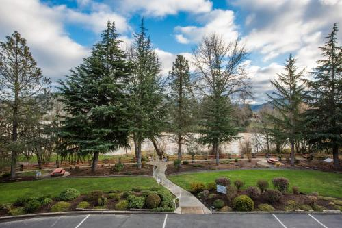 Travelodge Roseburg Riverfront Photo