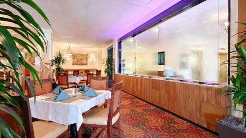 Best Western Plus Grosvenor Airport Hotel Photo