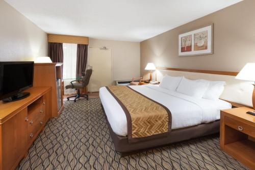 Baymont Inn & Suites Auburn Hills Photo