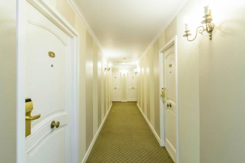 Claridge Hotel Photo