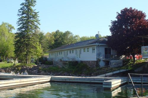 Boathouse Country Inn Photo