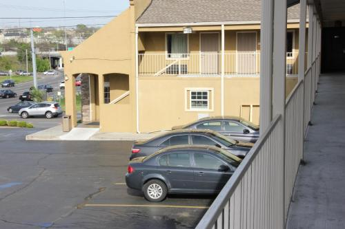 Quarters Inn & Suites Photo