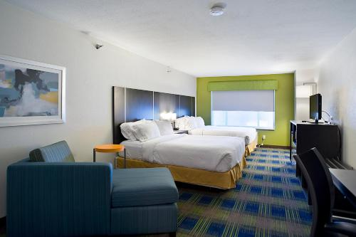 Holiday Inn Express & Suites Vermillion Photo