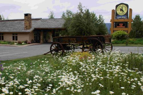 Flying Saddle Resort and Steak House Photo