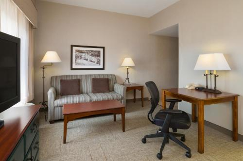 Hampton Inn & Suites State College at Williamsburg Square Photo