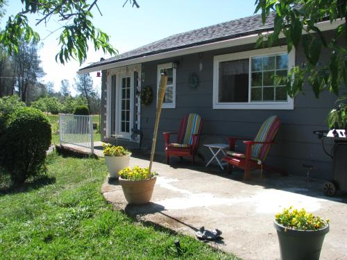 Lavender Dreams Bed And Breakfast Cottage - Anderson, CA 96007