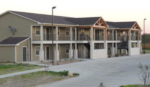 Eagles Den Suites at Carrizo Springs Photo