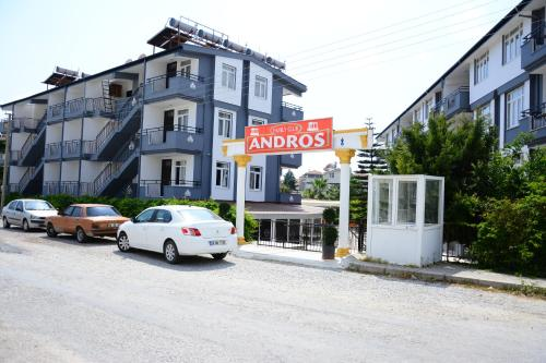 Andros Family Club, Side