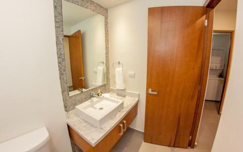 Spacious 2BR condo with great location by Happy Address Photo