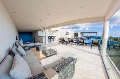 Top notch 3BR condo around the corner from the beach by Happy Address Photo