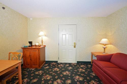 OurGuest Inn & Suites Downtown Port Clinton Photo
