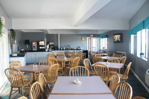 The Admiralty Inn & Suites Photo