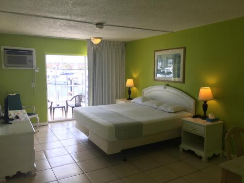 Camelot Waterfront Inn Photo