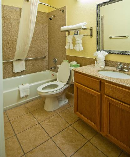 Baymont Inn and Suites Baytown Photo